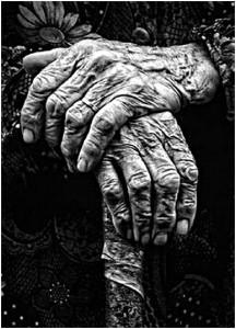 stara kobieta czeka na śmierć
