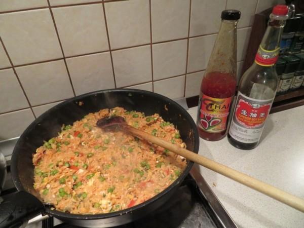 Ryż smażony z warzywami i jajkiem