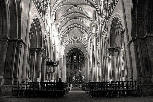 Noc jest katedrą z zimną posadzką