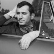 Gustaw Holoubek jedzie taksówką
