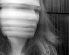 Rozedrgana z poszarzałą twarzą