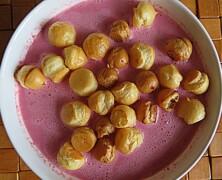 Zimna zupa truskawkowa z groszkiem ptysiowym